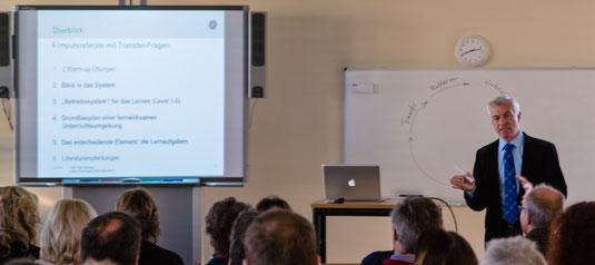 """Professor Peter Heiniger bei seinem Vortrag unter dem Motto """"Individualisieren des Unterrichts""""."""