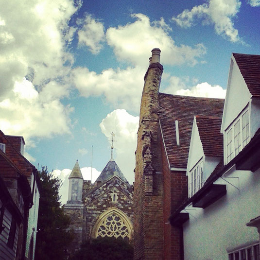 Ésta es la famosa chimenea torcida de la última casa de la calle, una panorámica encantadora que todos los aficionados a la pintura de Tilling y los alrededores deseaban plasmar en sus lienzos. Al fondo, la iglesia normanda de Rye/Tilling.
