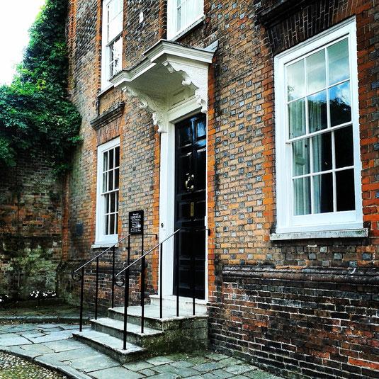 Lamb House. En esta casa vivió Henry James. Después fue adquirida por E. F. Benson, que la ocupó durante muchos años. Fue el modelo para Mallards, con sus famosísimos tres escalones: el domicilio de Elizabeth Mapp en sus novelas.