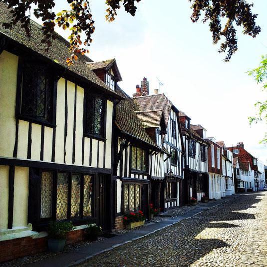 Esta calle, con su pequeños 'cottages' estilo Tudor, se encuentra frente a la iglesia normanda de St Mary y su famoso cementerio.