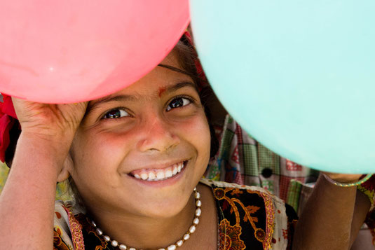 fröhliches, indisches Mädchen