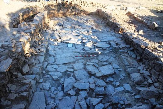 Estancia 05, excavada durante el año 2011, con un enlosado de lajas de pizarra