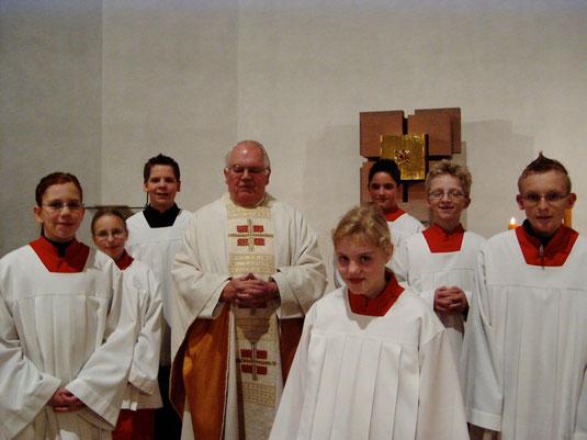 Die Neuen: Sarah u. Lena mit, im Hintergrund, Nicole, Christopher, Pfr. Hölzer, Jan, Jan, Markus. © Bild: Dorothy Gmyrek