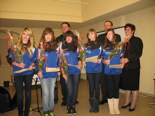 Tina, Annabell, Franziska, Anna und Julia werden geehrt.