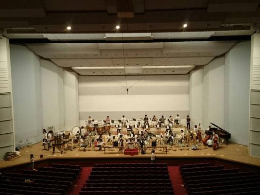 、目前に迫った西関東吹奏楽コンクールに向け、本番のベイシア文化ホールをお借りして練習を行いました。 この日の練習を通じてバンドの技術向上を確かな手ごたえとして実感できました。同時に更なるレベルアップに向けての目標や課題を発見することができ、本番前の貴重な一日となりました。