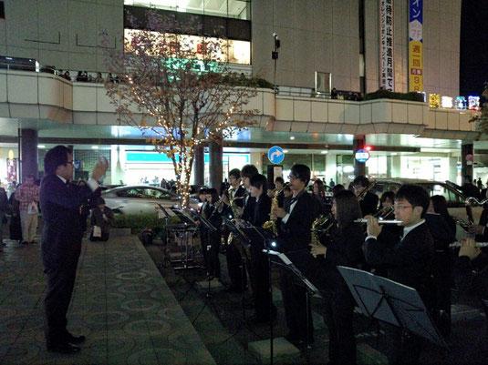 11月22日(土)の17時30分より、高崎駅前でイルミネーション点灯式が執り行われました。 点灯と同時のファンファーレ、その後のBGMとしての演奏は、イルミネーションを見に来てくださった多くのお客さんに楽しんでいただけました!