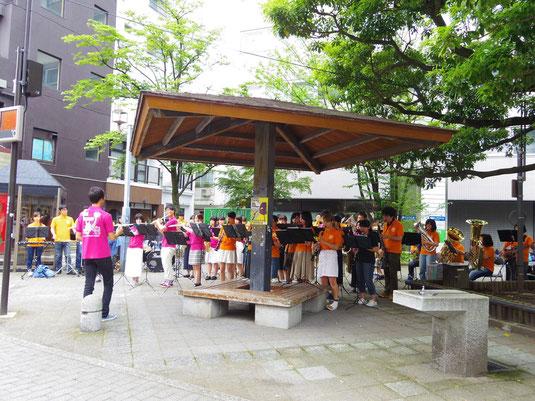 6月19日(日)に、タブの木広場にて開催された、フェト・ド・ラ・ミュージックで演奏させていただきました。あいにくの雨でしたが、上武大学吹奏楽部さんとの合同演奏を楽しむことができました。