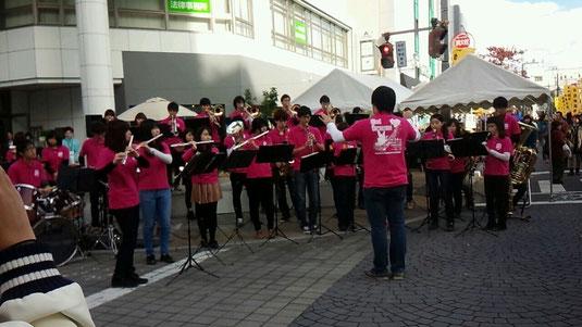 高崎駅近辺で開催された、「熱血!高校生販売甲子園」に参加させていただきました。 開会式のファンファーレとイベント中での演奏を、多くのお客さんに聴いていただくことができました。 高校生たちの熱い参加姿勢に、私たちも元気づけられました。