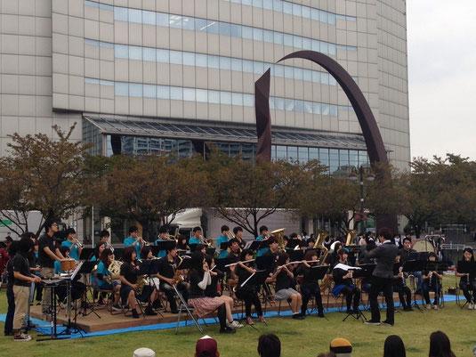 10月11(土),12日(日)に高崎市街地で第25回高崎マーチングフェスティバルが行われました。 当部は12日に市内広場にて行われたスクールバンドの演奏会に出演させていただき、全3曲を演奏しました。
