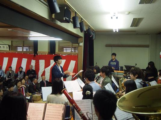 10月22日に六郷長寿センターにて、訪問演奏をいたしました。演奏に合わせて歌を歌っていただくなど、観客の皆さんとも触れ合う事の出来た素敵な時間でした。
