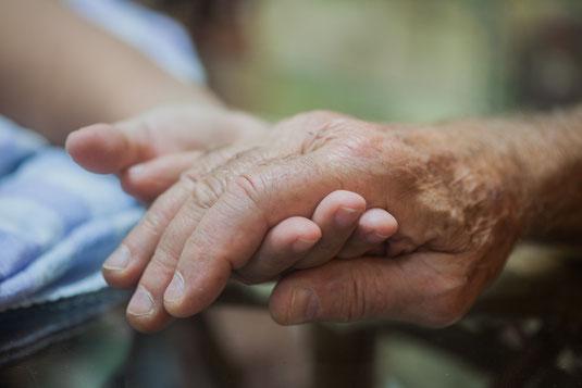 外国海外から老親の呼び寄せ・特定活動ビザ取得で本国の高齢の親と日本で共に暮らす。【ビザカナ相模原】にご相談ください。