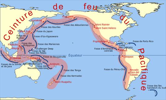 Carte de la ceinture de feu du Pacifique (en rouge) correspondant aux régions de forte densité de volcans ; les traits bleus sont les principales fosses océaniques.