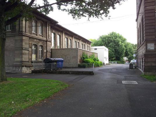 Einfahrt zur Schulturnhalle
