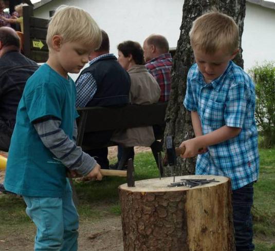 """Bauarbeiten haben Nachwirkungen, so wie hier am Nagelklotz. Im Girkhäuser Kindergarten """"Zwergenland"""" sind die Bauarbeiten zum U3-Ausbau abgeschlossen. Ein guter Grund zum Feiern. Foto: schn"""