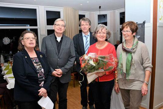 Bild: v.l.: 1. Vorsitzende Hermi Gring, Pastor Hans-Ulrich Neikes, Chorleiter Dirk Homberg, die Jubilarin Irmgard Deutschbein und 2. Vorsitzende Gertrud Sohlmann