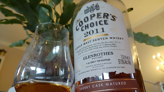 Glenrothes 2011 / 2018 The Cooper's Choice. Whisky im Glas und Whiskyflasche.