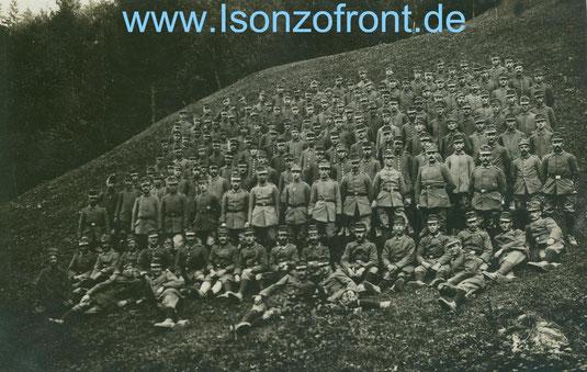 Die Minenwerfer Kompanie 5 im Oktober 1917 an der Isonzofront. Alle mit österreichischen Feldkappen ausgestattet.