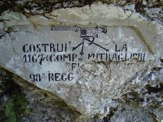 Grafitty einer ital. Maschinengewehr Kompanie an einem Kaverneneingang auf dem Vrsič.