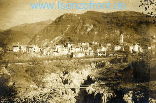 Das Dorf Santa Lucia von Süden aus gesehen im Oktober 1917.  Den heutigen Stausee gab es noch nicht. Heute gelingt diese Fotografie nur aus einem Boot heraus.