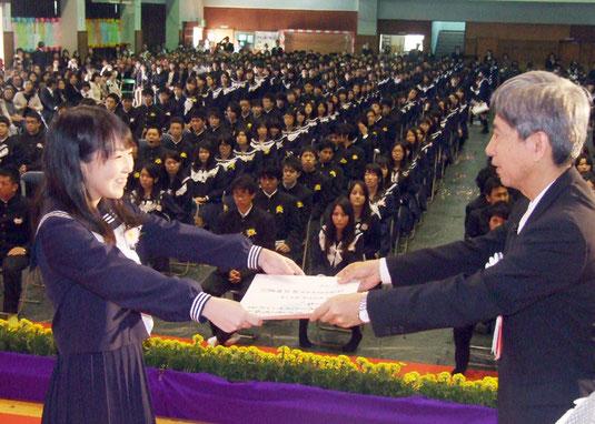 八重山高校では283人が卒業した=1日午前、八重山高校