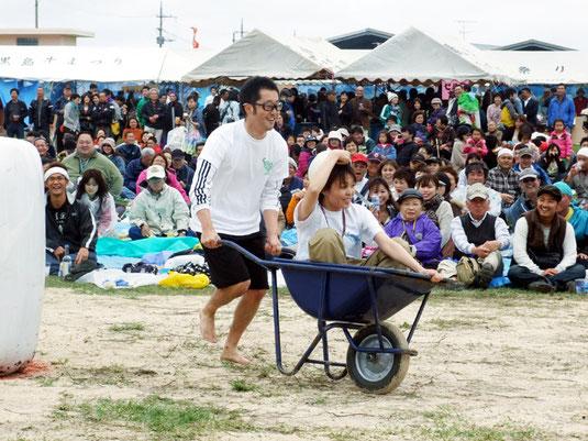 多彩なイベントで盛り上がった黒島牛まつり=26日午後、黒島多目的広場