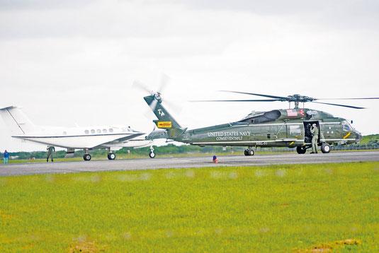 石垣空港に到着した米海軍の小型輸送機(左)とヘリ(13日午後)