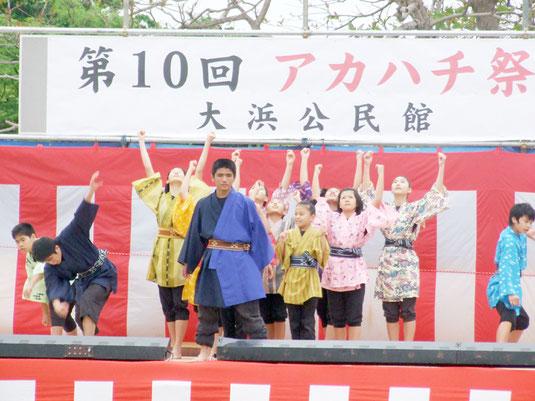 オープニングセレモニーを飾ったウイングキッズリーダーズ・子ども演劇やいま浪漫の会=24日夜、崎原公園