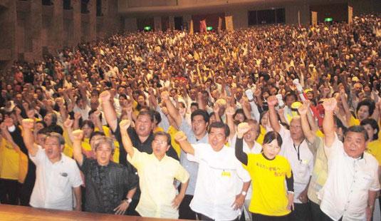 高嶺氏(中央)の必勝を期してガンバロー三唱する支持者=7日夜、市民会館大ホール