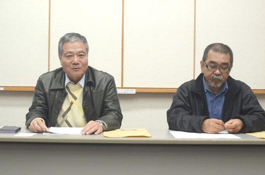 賞の創設を発表する(右から)上江洲代表と波照間教授=大濱信泉記念館
