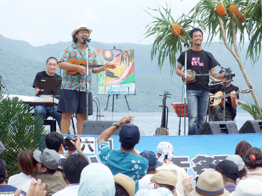 池田さんとキヨサクさんによる「あなたに」が披露された=15日午後、船浮かまどま広場