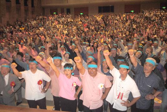 砂川氏(中央)の必勝を期してガンバロー三唱する支持者=30日夜、市民会館大ホール