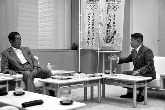 石原都知事(左)にインタビューする惠氏=写真撮影はベルテールメディア・出井重忠