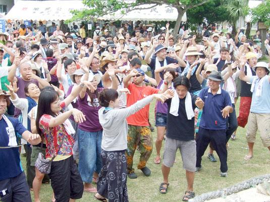 大いに盛り上がった鳩間島音楽祭=3日午後、鳩間島コミュニティセンター前広場