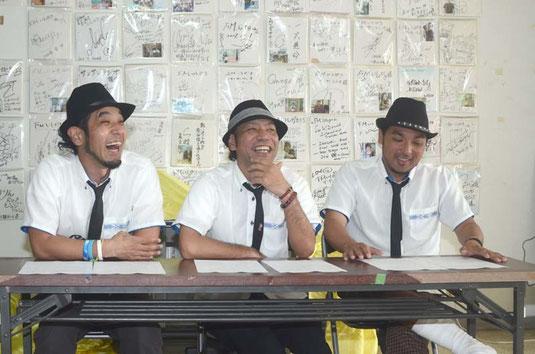 トレードマークの黒の帽子にネクタイで、台湾ツアーを発表する(左から)リョーサ、だいちゃん、マスト=FMいしがきサンサンラジオ、大川