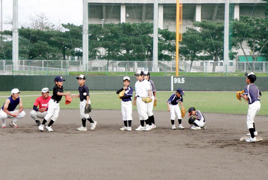慶應大野球部が野球教室を開催した=市中央運動公園野球場