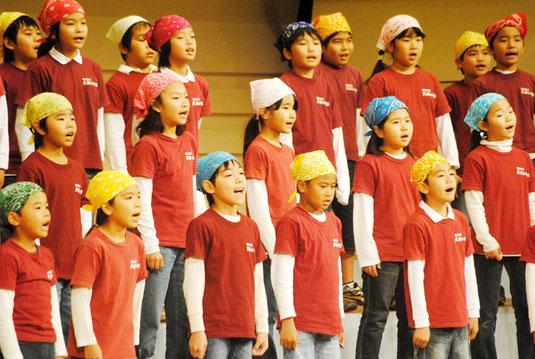 合唱を披露する大浜小の児童=4日午前、市民会館大ホール