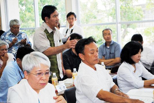 会議で発言を求める県教委義務教育課の狩俣課長(中央)=8日午後、市教委