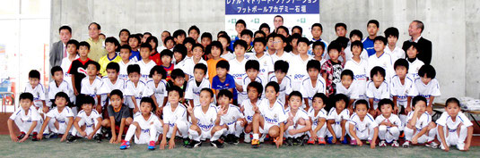 小中学生87人が参加するフットボールアカデミー石垣=市中央運動公園屋内練習場