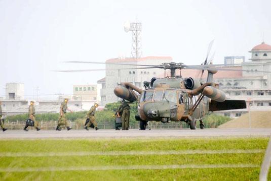 PAC3配備に向けた石垣市での現地調査後、ヘリで石垣空港から出発する自衛隊員(28日午後4時ごろ)