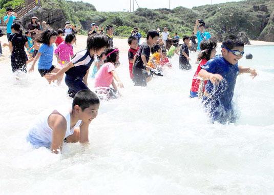 初泳ぎを楽しむ子どもたち=18日午後、ナーマ浜(与那国町久部良)