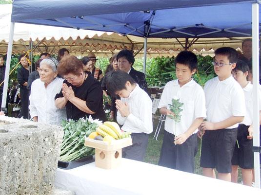 遭難者のめい福を祈念し献花する参列者=24日午後、宮良