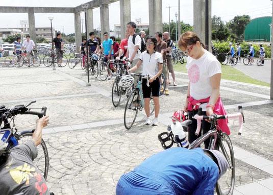受付前にバイクを点検する参加選手=市総合体育館