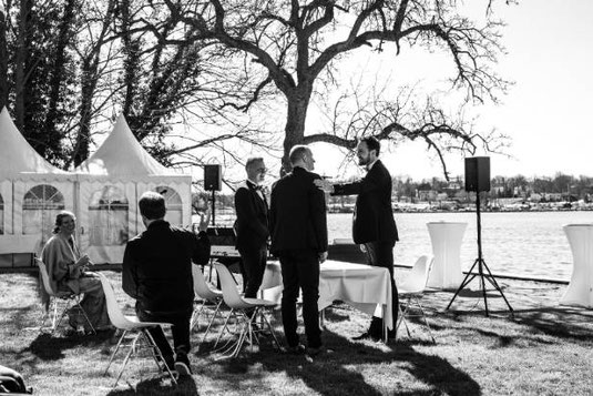 Tobias leitete die Trauung von Jan und Sebastian am Großen Wannsee. Foto: Lara Bäckers