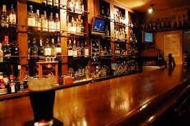 バーで楽しむ人達