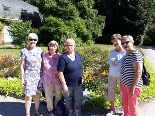Unsere Gruppe im herrlichen Grün des Palmengartens