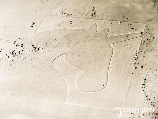 Betonoptik Wand geprägt mit Firmenlogo