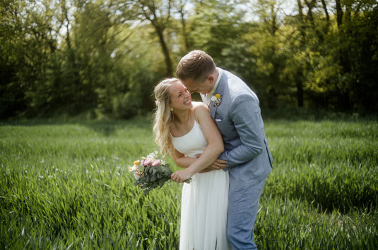 Brautpaar beim Fotoshooting auf dem Gut Wahnbek