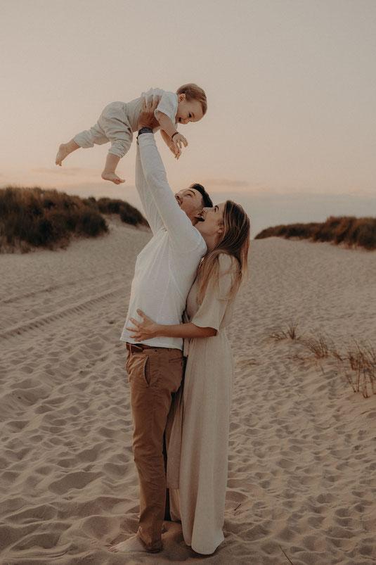 newborn, baby, babyfotografie, newbornshoot, familiefoto, jonge ouders, papa en mama, gezinsfoto, kus