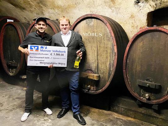 Informationen zum Pressefoto (Fotograf: Julian Helmer): v.l.: Jens Helmer (Bad Kreuznach lacht…-Initiator) und Albrecht Möbus (Weinmanufaktur Möbus)