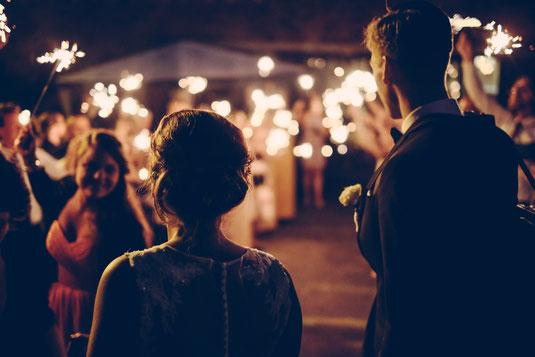 Brautpaar Wunderkerzen mit einem Erfahrenen Hochzeits DJ aus München